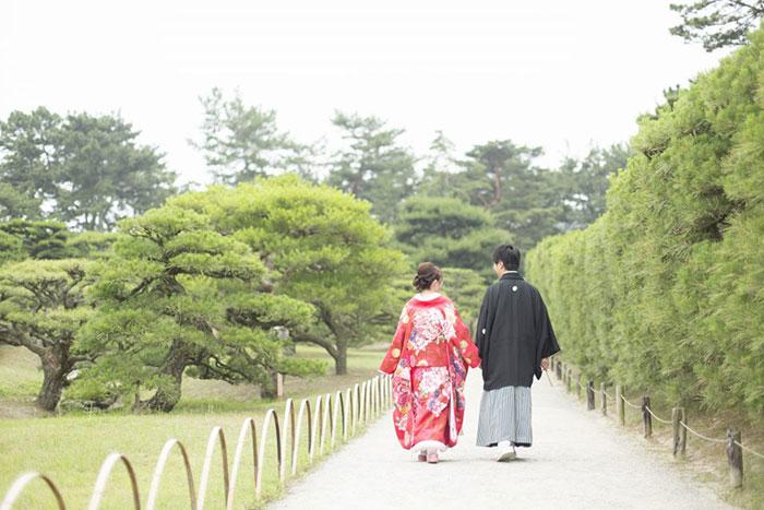 和装のカップルの画像