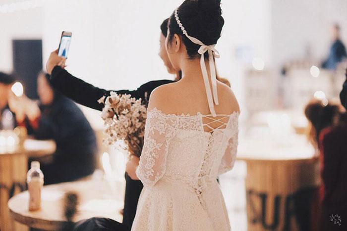 花嫁の後ろ姿の画像