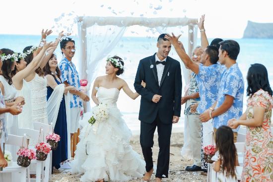完全ガイド】ハワイ・グアムの結婚式に参列する服装|マナー違反