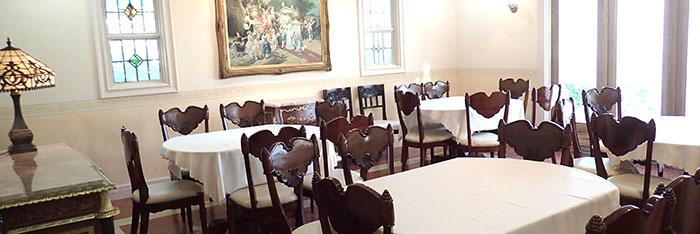 親族のみで結婚式をする部屋の写真