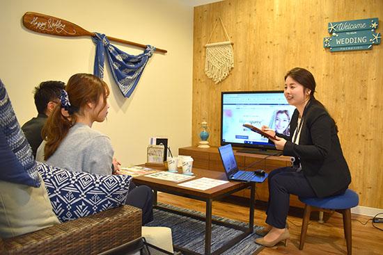 ハナユメデスクでハワイ挙式の相談をしている画像