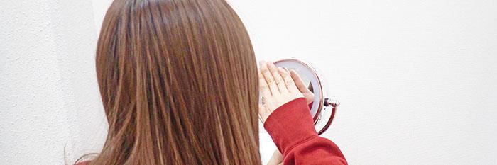 鏡を抑えている女性