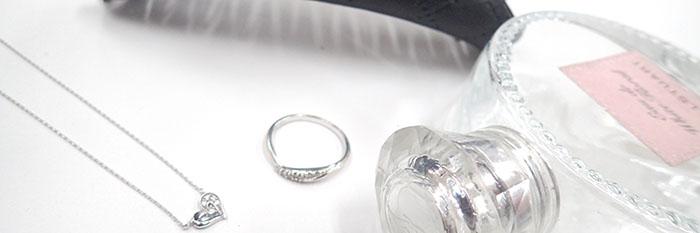 指輪とネックレスと香水