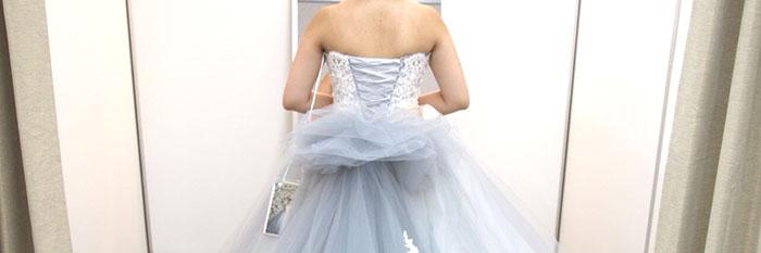 ウエディングドレスを試着した女性