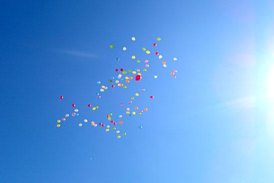 風船が飛んでいく様子