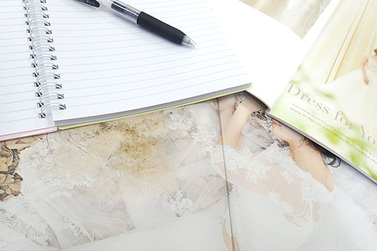 結婚式場のパンフレットとノート