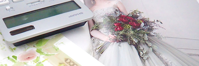 結婚式場のパンフレットと電卓