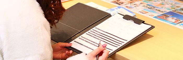 契約書にサインする女性