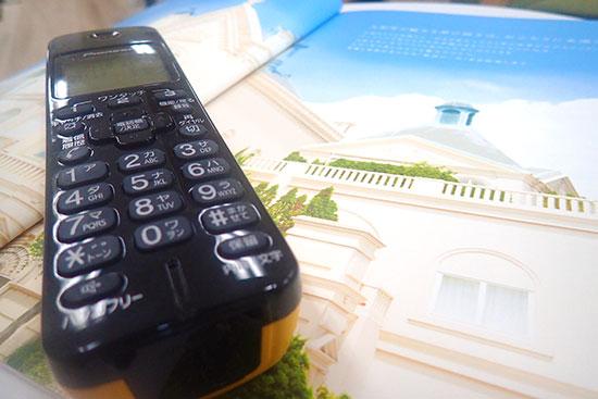 結婚式場のパンフレットと電話