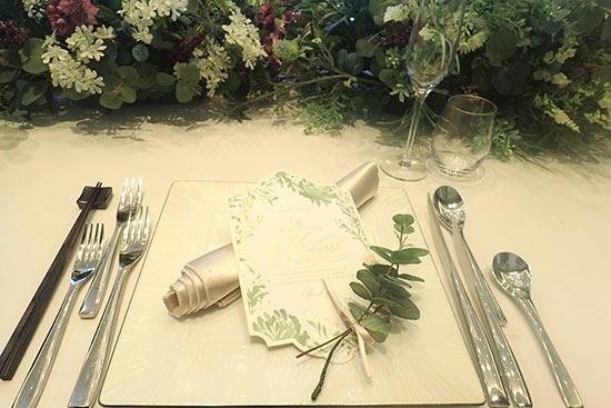 披露宴会場のテーブルの装飾